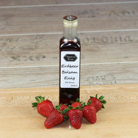 Eine Flasche Erdbeer Balsam Essig